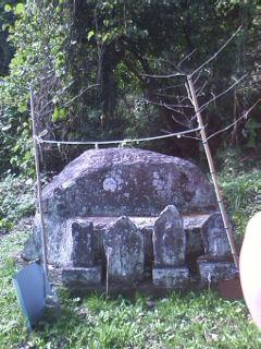 西間野[猿落し」磨崖碑